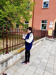 Natírání oplocení před budovou školy