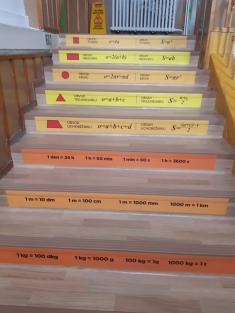 Barevné polepy na schody